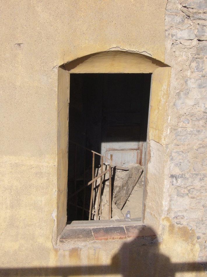Fábrica abandonada con sombra