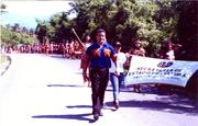 DIRECTOR Y BANDEROLA DE CULTURA ENCABEZANDO LA RUTA DEL ABORIGEN HACIA PUEBLO VIEJO