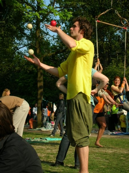 juggling in the vondelpark. queensday.