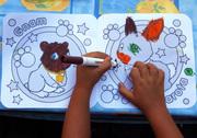 le mani della piccola artista