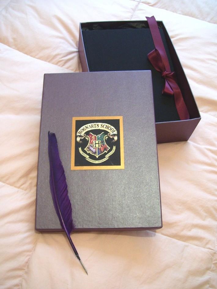 Caja con escudo de Hogwarts y pluma