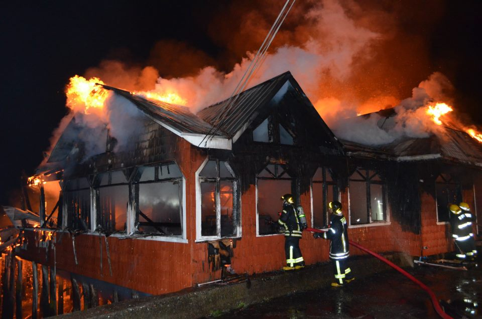 CHILE, incendio restaurante palafitos en Castro, Chiloe