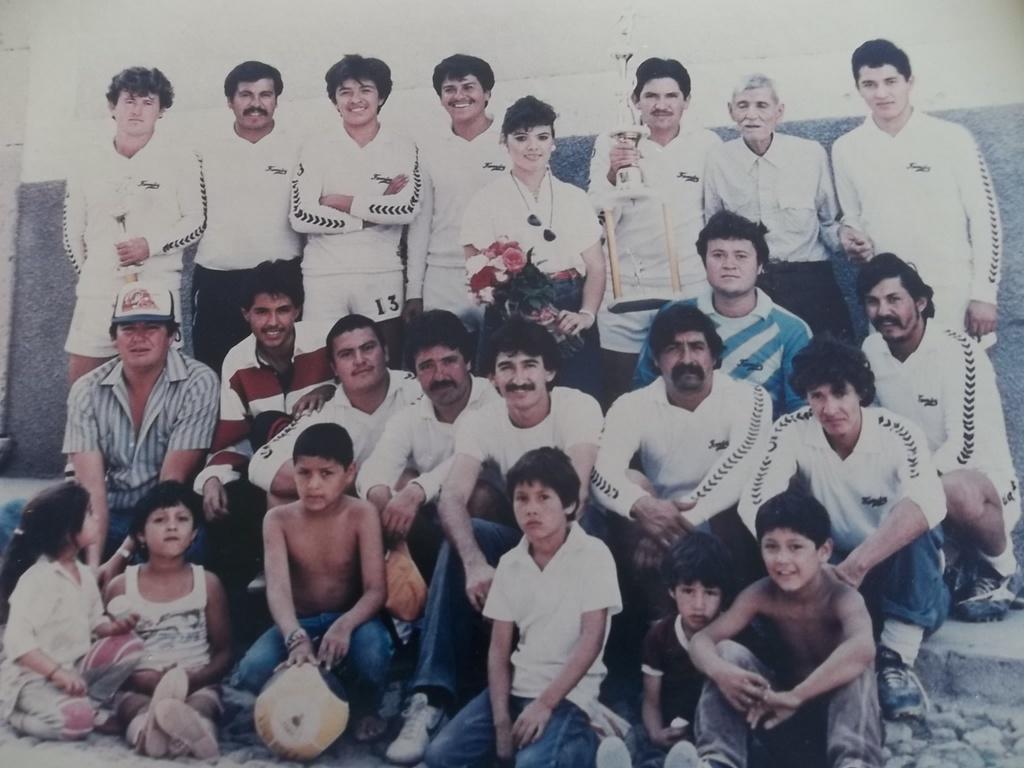 Foto del Recuerdo equipo de futbol soccer la family primer campeón de la liga Municipal de Tabasco Zacatecas decada de los 80s foto de pepe y chavo Martinez