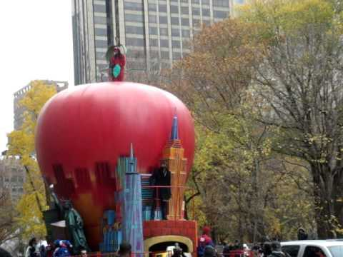 Kanye West Getting Booed NYC Thanksgiving Day Parade