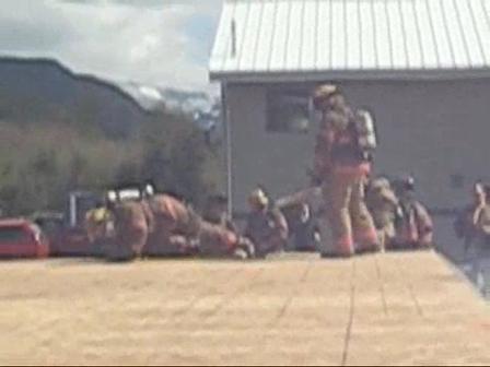 Equipo de Bomberos de techo realizan demostracion de tecnica para realizar ventilacion vertical