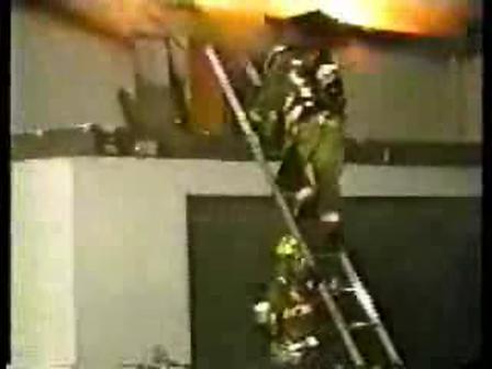 caida de bomberos de escalera
