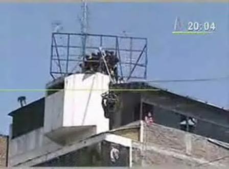 SUBOFICIAL DE LA POLICIA SE ELECTROCUTÓ DURANTE DEMOSTRACIÓN DE RESCATE / HUANCAYO, PERÚ / Vídeo que puede herir la sensibilidad de las personas se recomienda discreción