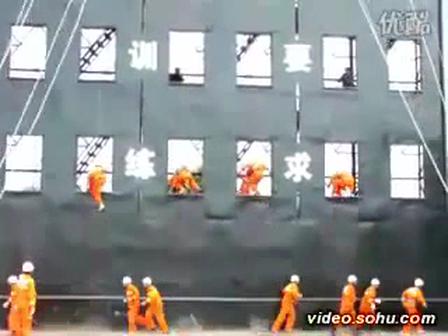 BOMBEROS ACROBATICOS JAPONESES DEMUESTRAN COMO ESCALAR EL EXTERIOR DE UN EDIFICIO