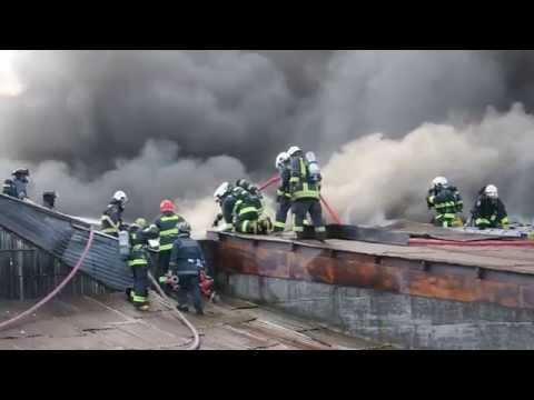 INCENDIO DE IMPORTANTES PROPORCIONES EN TALLER MECANICO, TRABAJO EN EL TECHO - OSORNO EN CHILE (16 - 04 - 2014)