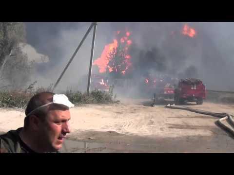 BOMBEROS  ESCAPAN LUEGO DE LA EXPLOSIÓN DE LA REFINERÍA EN KIEV - UCRANIA / Vídeo Destacado de La H…