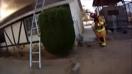 VÍDEO DE CAPACITACIÓN: VENTILACIÓN VERTICAL, TRABAJO EN TECHO DURANTE INCENDIO DE VIVIENDA, APPLE VALLEY EN CALIFORNIA - ESTADOS UNIDOS