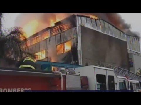 INCENDIO EN GUADALAJARA JALISCO VIDEO FUEGO CONSUME FABRICA DE SOLVENTES EN SANTA CECILIA - JALISCO EN MÉXICO