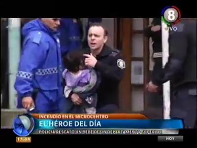 POLICIA DE LA PROVINCIA RESCATA A NIÑA EN INCENDIO DE EDIFICIO EN MAR DEL PLATA - PROVINCIA DE BUENOS AIRES EN ARGENTINA