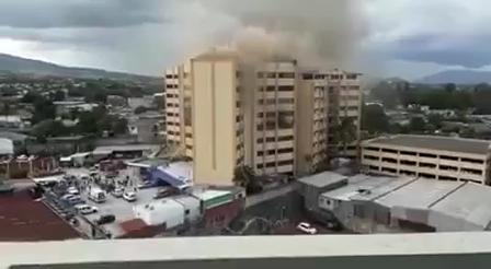 CAPTADO EN VÍDEO: PERSONA SE TIRA DEL EDIFICIO DEL MINISTERIO DE HACIENDA DURANTE EL INCENDIO - EL SALVADOR