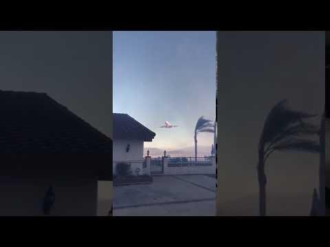 AIR TANKER DC 10 DEJA CAER RETARDANTE SOBRE UNA VIVIENDA CAUSANDO GRAVES DAÑOS, DURANTE EL INCENDIO DE LIBERTY EN MURRIETA - CALIFORNIA EN ESTADOS UNIDOS