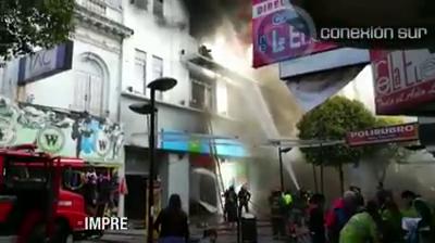 MOMENTO DEL TRASLADO DE LOS HERIDOS - BACKDRAFT EN INCENDIO DEL EDIFICIO DE TELEFÓNICA - QUILMES