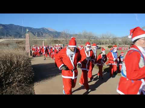 That's a lot of Santas: Start of the 2017 Chasing Santa 5K