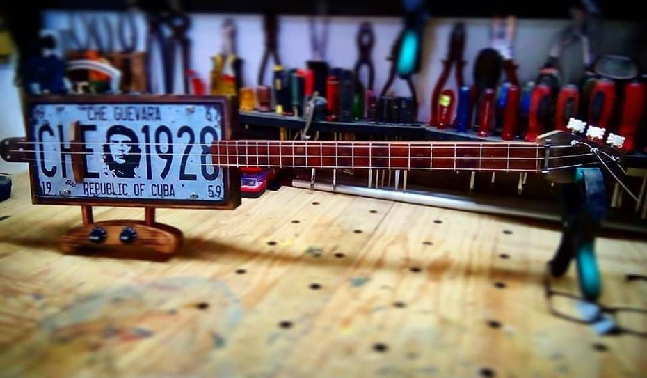 License plate 3-string with knee stand