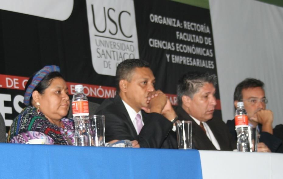 Conferencia de apertura del Congreso de RSC en Colombia, Rigoberta Menchu a la izquierda de la foto y yo a la derecha
