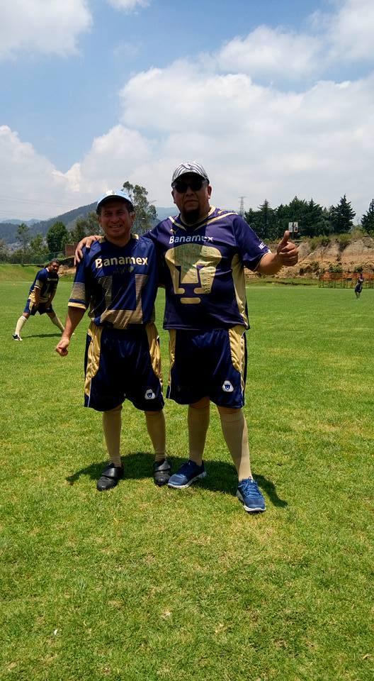 """ARQUEOLOGO ELIAS RODRIGUEZ VAZQUEZ (IZQUIERDA) CON EL PORTERO """"BUNNY DIAZ"""". CAMPO DE FUTBOL UNIVERSIDAD ANAHUAC DEL SUR. CDMX 15 DE JUNIO 2016"""