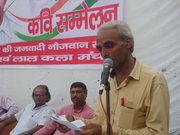 जय प्रकाश गौतम कविता पाठ करते हुए।