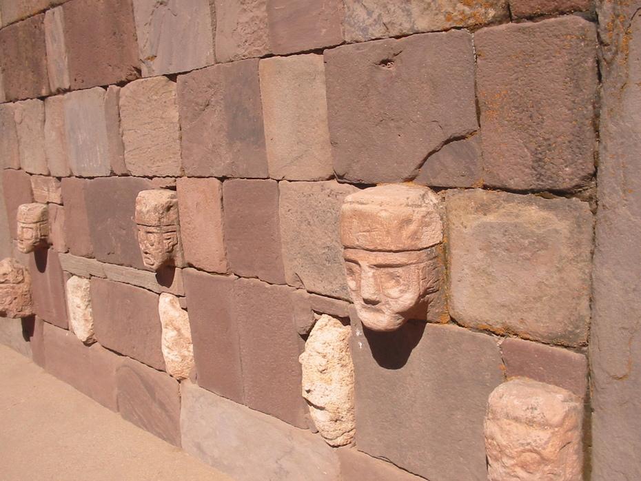 Muro del templete semisubterráneo de Tiwanaku