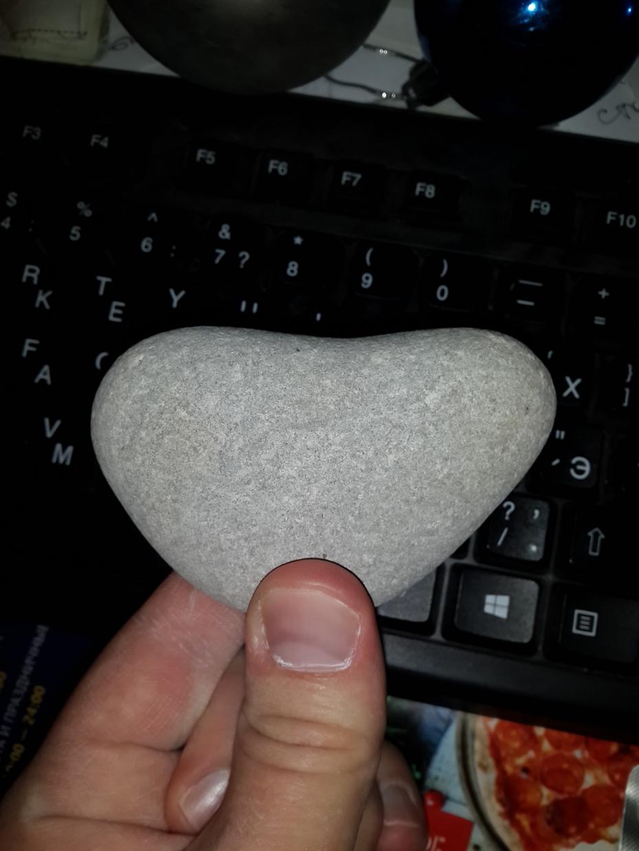 Камушек- сердечко нашёл