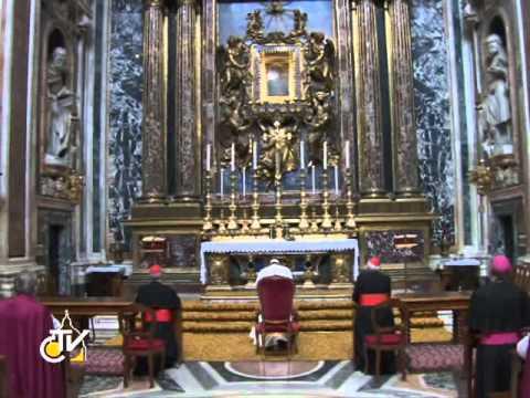 Papa Francesco prega a Santa Maria Maggiore.