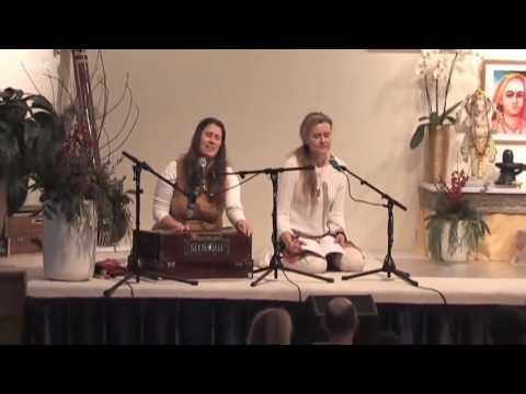 Soham Bhajo Radhe Krishna - Mantra Kirtan with Satyadevi
