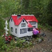 Eklutna cemetery, Alaska (Wikimedia Commons / Theoliane)