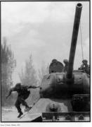 Foto Tirso Martínez. Fidel se tira de un T-34.