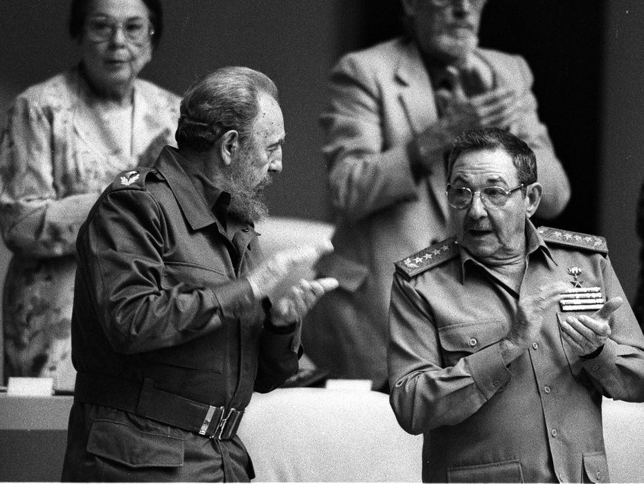 fidel-castro-raul-castro-asamblea-nacional-poder-popular-29-diciembre-2001