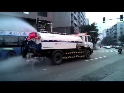 Camión cisterna con una sirena de 'Jingle Bells'. Living in Pekin by Roger Vicente