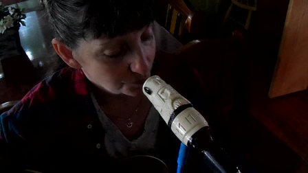 Miki demo`s the Viking harp mic