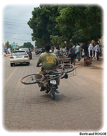 il transporte un vélo à moto