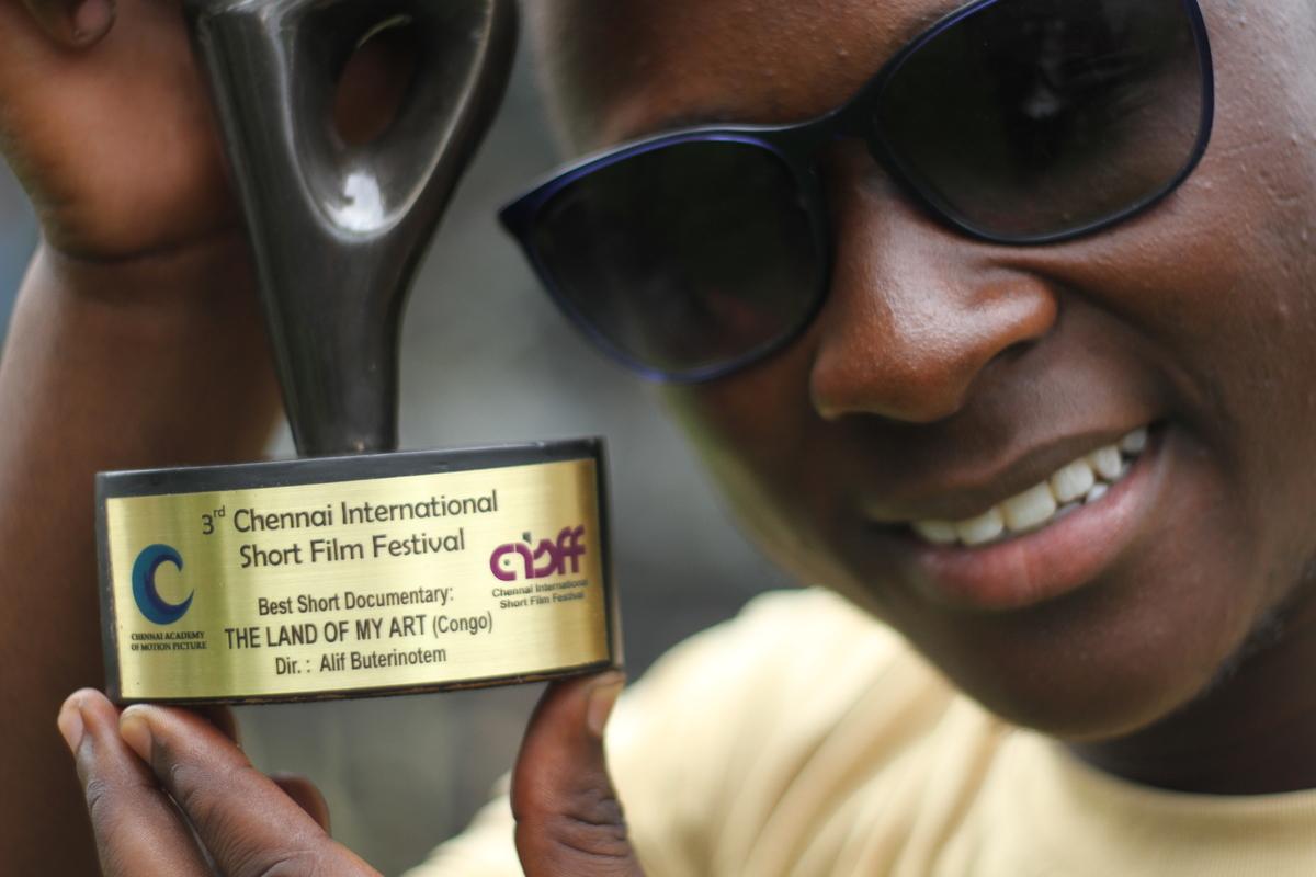 """Alif Buterinote est gagnant au festival Chennai International Short Film Festival 2016 avec son film """"LA TERRE DE MON ART"""", quel pas pour le cinéma congolais?"""