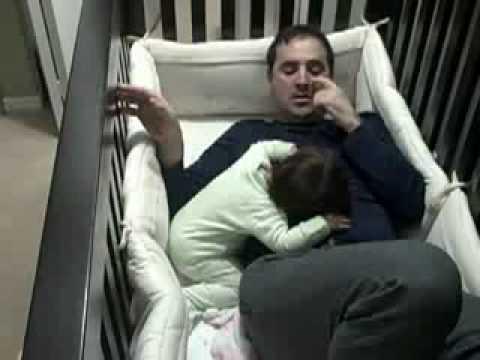 папа укладывает ребенка спать!.flv