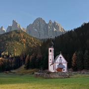 Chiesetta di S. Giovanni in Ranui in Val di Funes ai piedi delle Odle