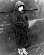 05Young girl on the streets of the Warsaw Ghetto, Poland fefrero 1941