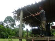 23 - Sr. Ivo, mostrando o arco e flexa que usa para pescar