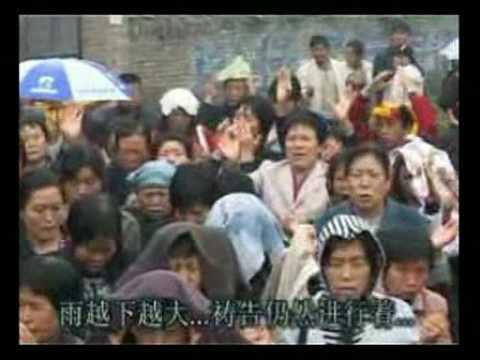 山西临汾基督教会为教产、信仰自由在大雨中祷告