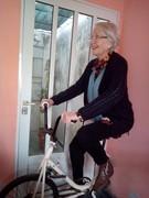Madre de poeta sobre su bicicleta