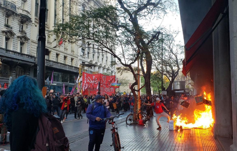 ARGENTINA: 9 DETENIDOS Y VARIOS PERIODISTAS HERIDOS POR INCIDENTES FRENTE A LA EMBAJADA DE CHILE EN BUENOS AIRES
