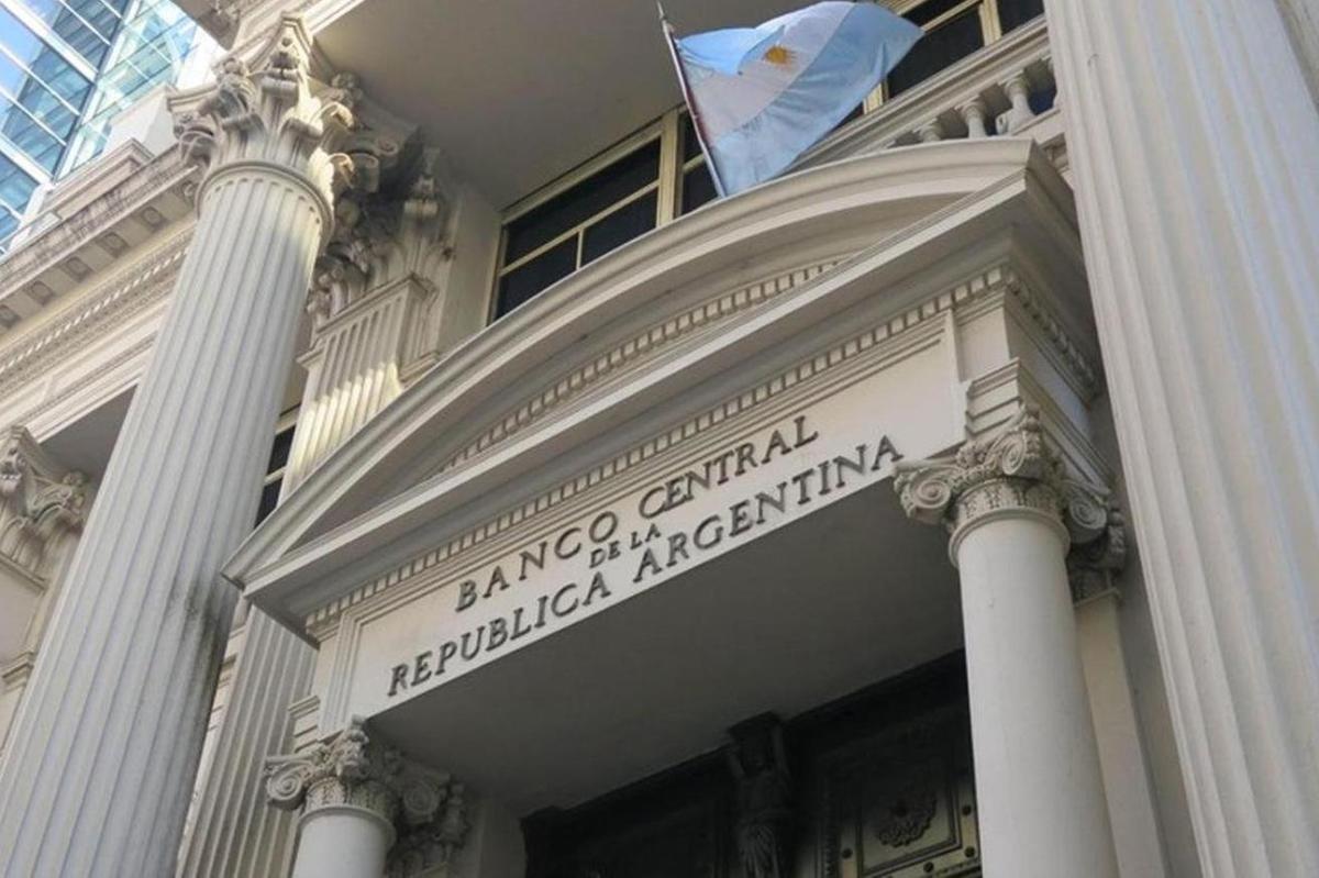 Tras elecciones en Argentina vuelve el cepo al dólar y sólo se podrán comprar 200 por mes / ARGENTINA