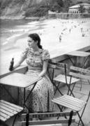 Mulher tomando Crush na Praia Vermelha 177