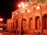 Palazzo di città a Noto di sera