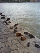 cipele na obali Dunava