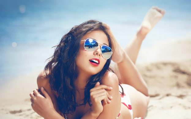 Beach-Girl-with-Sunglasses-Wallpapers