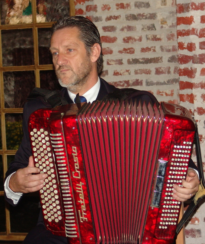 Jos Wylin, performing on accordion (2004)