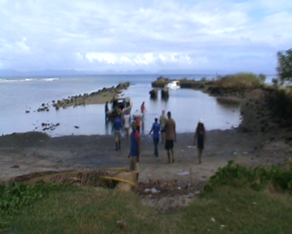 Village boats picking up Fiji govt food aid from Nuku Rabi